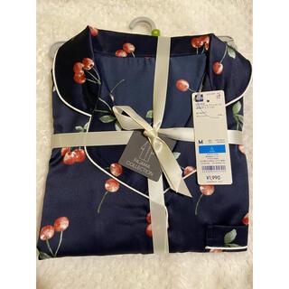 GU - 新品 GU 大人色気上品 サテンパジャマワンピース さくらんぼ 長袖 紺色 M