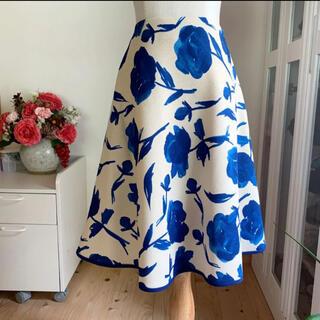 エムズグレイシー(M'S GRACY)の未使用に近い 2017年エムズグレイシー  フレアスカート ブルーローズ 薔薇柄(ひざ丈スカート)