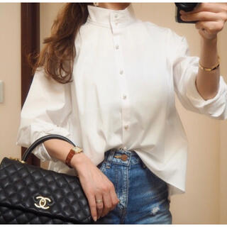 DEUXIEME CLASSE - CIROI パールブラウス チャスカスタンドカラーシャツ 白シャツ 星玲奈着用
