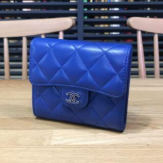 CHANEL - 美品 シャネル マトラッセ 3つ折り財布 コンパクト財布 青 ラムスキン