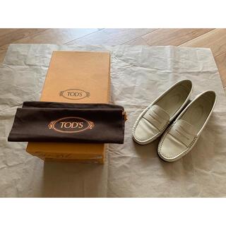 トッズ(TOD'S)のTOD'S ローファー ホワイト(ローファー/革靴)