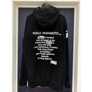 ヨウジヤマモト(Yohji Yamamoto)の【売り切り価格】yohjiyamamoto s'yte バックロゴパーカー(パーカー)