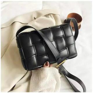 ザラ(ZARA)の編み込みショルダーバック キルティング風 カセットバック パデッド ハンドバッグ(ショルダーバッグ)