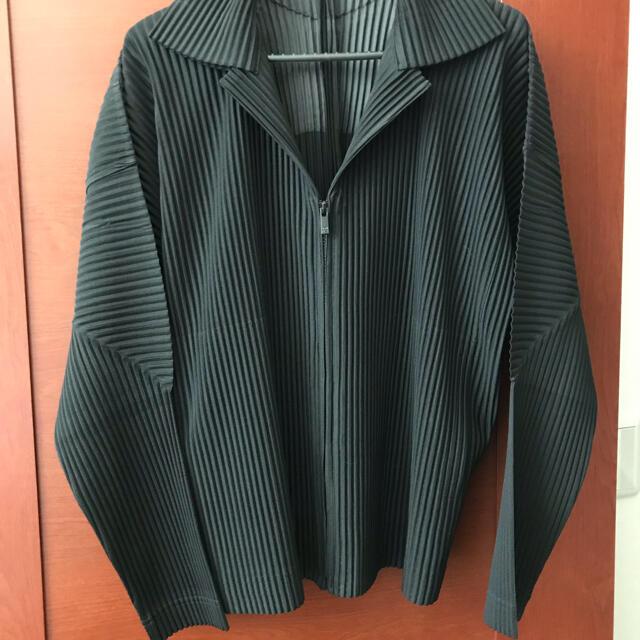 ISSEY MIYAKE(イッセイミヤケ)のオムプリッセ ハーフジップ ブラック メンズのジャケット/アウター(ブルゾン)の商品写真