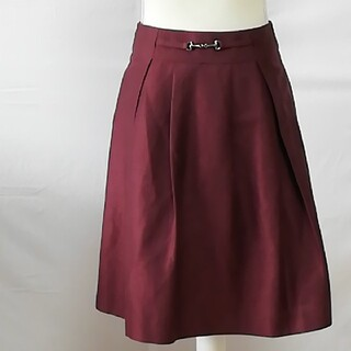 ナラカミーチェ(NARACAMICIE)の美品ナラカミーチェバックル付きお洒落なヒダスカート、サイズ0、S、7号。(ひざ丈スカート)