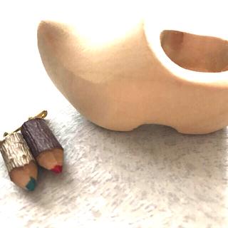 手彫りの木靴&ミニ色鉛筆のブローチ(彫刻/オブジェ)