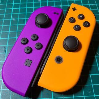 ニンテンドースイッチ(Nintendo Switch)のジョイコン  ★パープル・オレンジ★ストラップ付き‼️ 作動品 美品(家庭用ゲーム機本体)