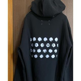 マルタンマルジェラ(Maison Martin Margiela)の黒50新品 メゾン マルジェラ パンチホール ロゴ スウェット パーカー メンズ(スウェット)