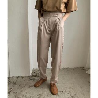 amiur high waist belt satin pants アイボリー(カジュアルパンツ)