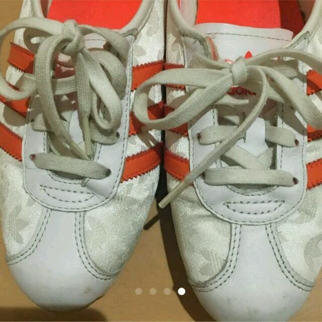 adidas(アディダス)の値下げ アディダス スニーカー 白 オレンジ レディースの靴/シューズ(スニーカー)の商品写真