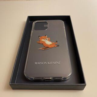 メゾンキツネ(MAISON KITSUNE')のメゾンキツネ CHILLAX FOX iPhone12ケース(その他)