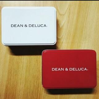 ディーンアンドデルーカ(DEAN & DELUCA)のDEAN&DELUCA ミニ缶 二個セット レッド  ホワイト オマケ付き(小物入れ)