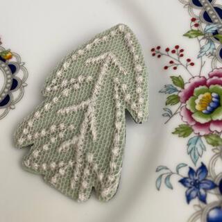 ミナペルホネン(mina perhonen)のミナペルホネン 刺繍 ブローチ(ブローチ/コサージュ)