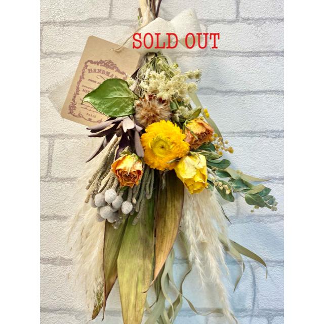 ドライフラワースワッグ❁㉘ナチュラル 黄色 白 ミモザ 薔薇ヘリクリサム 花束 ハンドメイドのフラワー/ガーデン(ドライフラワー)の商品写真