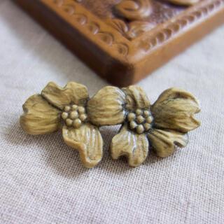 木彫りハナミズキブローチ ハンドメイド(コサージュ/ブローチ)