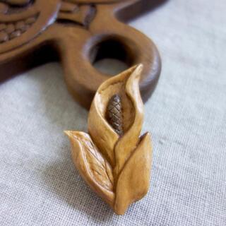 木彫りブローチ 水芭蕉 ハンドメイド(コサージュ/ブローチ)
