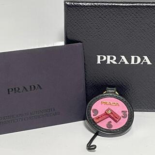 プラダ(PRADA)のプラダ 時計モチーフ ストラップ ブラック ピンク レッド(ストラップ/イヤホンジャック)