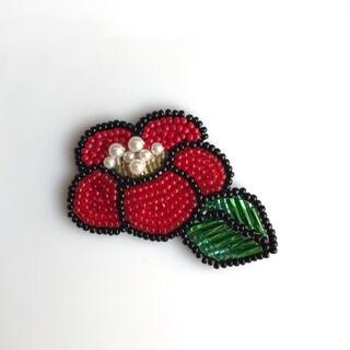 ミナペルホネン(mina perhonen)の椿 ブローチ ビーズ刺繍 お花 ハンドメイド(ブローチ/コサージュ)