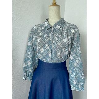 グリモワール(Grimoire)のレトロ古着《さわやかな翠青の花柄ブラウス》オパールのようなボタン vintage(シャツ/ブラウス(長袖/七分))