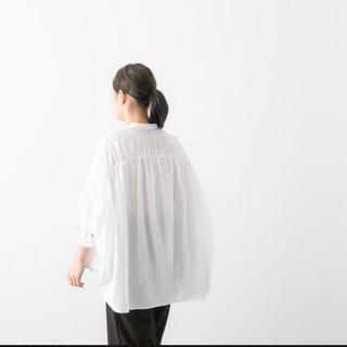 ネストローブ(nest Robe)のmizuiroind ミズイロインド バックカラーギャザーワイドシャツ ホワイト(シャツ/ブラウス(長袖/七分))