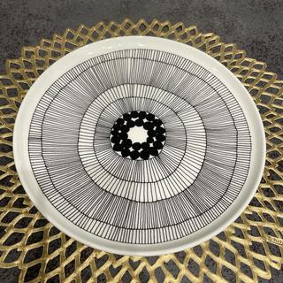 マリメッコ(marimekko)の【新品】マリメッコ シイルトラプータルハ ホワイト×ブラック 25cm (食器)