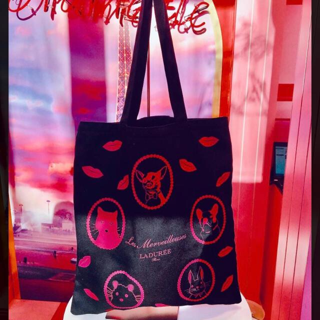 Les Merveilleuses LADUREE(レメルヴェイユーズラデュレ)のレ メルヴェイユーズ ラデュレ アニマル×リッププリントトートバッグ うさぎネコ レディースのバッグ(トートバッグ)の商品写真
