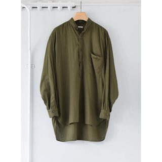コモリ(COMOLI)のCOMOLI 21SS ベタシャンプルオーバーシャツ オリーブ サイズ2 新品(シャツ)