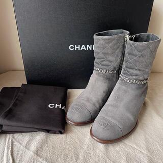 シャネル(CHANEL)の美品☺️✨ シャネル マトラッセ チェーン スエード ショートブーツ グレー(ブーツ)