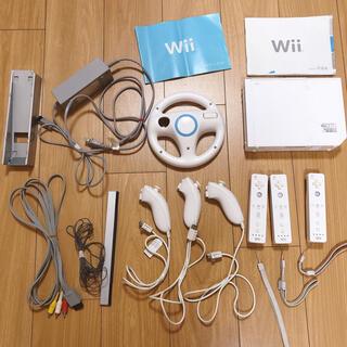 ウィー(Wii)のWii 本体、リモコン 3つ、ヌンチャク 3つセット(家庭用ゲーム機本体)
