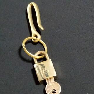 ルイヴィトン(LOUIS VUITTON)のルイヴィトン 旧タイプ 南京錠 鍵 226 鍵1本付 ベルトフックリング付(キーホルダー)