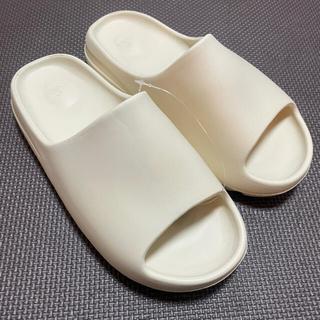 アディダス(adidas)のadidas yeezy slide ホワイト サンダル(サンダル)
