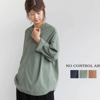 コモリ(COMOLI)のNO CONTROL AIR(ノーコントロールエアー)リンクルタフVネックシャツ(シャツ/ブラウス(長袖/七分))
