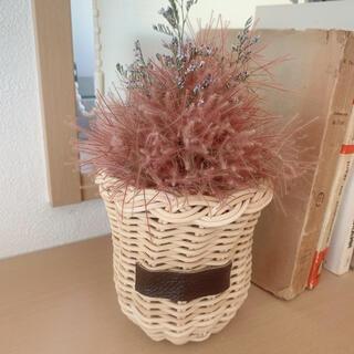 籐の花立てにスモークツリーとブルファンのブーケ(ドライフラワー)