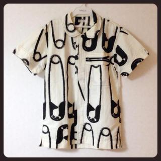 ミルクボーイ(MILKBOY)のMILKBOY  安全ピン柄 シャツ(Tシャツ/カットソー(半袖/袖なし))