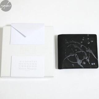 マルタンマルジェラ(Maison Martin Margiela)のメゾンマルジェラ ロゴ ペイント バイフォールド ウォレット 黒 新品 財布(折り財布)