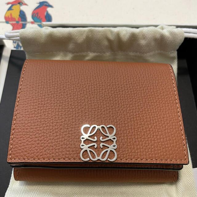 LOEWE(ロエベ)の【タン】ロエベ アナグラム トライフォールド 6cc ウォレット【新品未使用】 レディースのファッション小物(財布)の商品写真