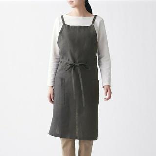 ムジルシリョウヒン(MUJI (無印良品))の麻平織 肩クロスエプロン 墨黒(収納/キッチン雑貨)