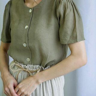 カスタネ(Kastane)のシェルボタンサテンブラウス セレクトモカ(シャツ/ブラウス(半袖/袖なし))