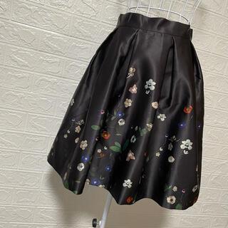 エイチアンドエム(H&M)のH&M フレアスカート 黒×花柄(ひざ丈スカート)