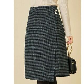 トッコ(tocco)のリッチな趣が魅力のビジュー飾り釦つきツイードラップスカート(ひざ丈スカート)