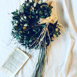 ユーカリと小さいフワフワラグラスを束ねたハーフリースにレモングラスを添えた壁飾り(ドライフラワー)