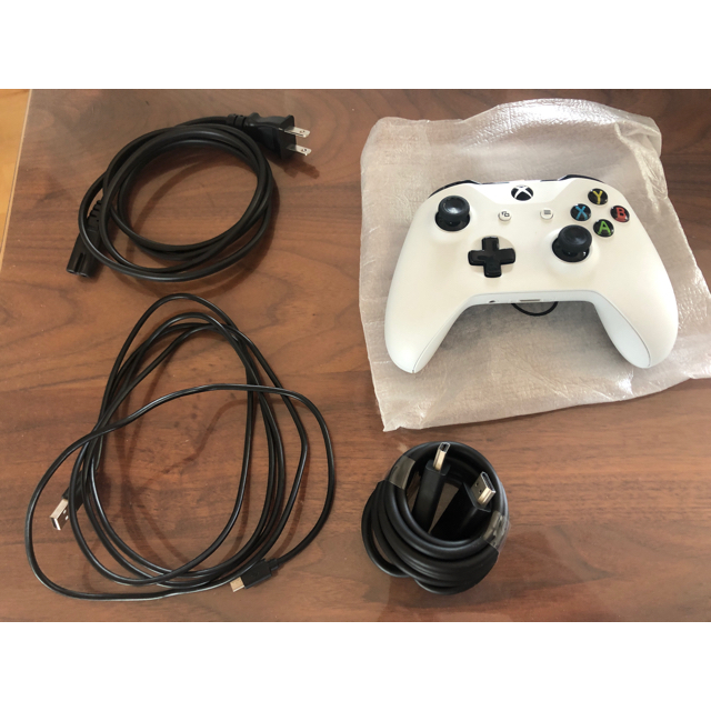 Xbox(エックスボックス)のXBOX ONE S 1TB バイオハザード7セット エンタメ/ホビーのゲームソフト/ゲーム機本体(家庭用ゲーム機本体)の商品写真