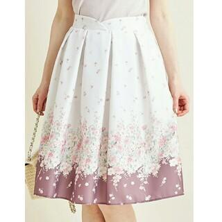 トッコ(tocco)の艶やかな夏色を纏うハートウエストフラワープリントタックフレアスカート(ひざ丈スカート)