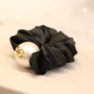 真珠のポイントが高級感あふれる 花モチーフ ヘアゴム、シュシュ