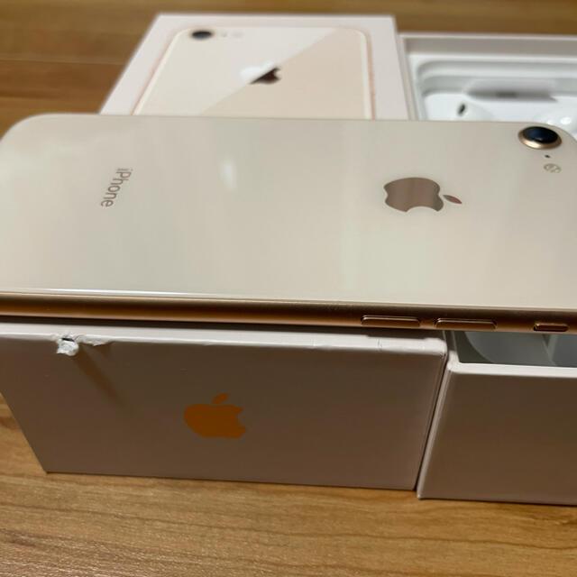 iPhone(アイフォーン)の美品:iPhone8 64GB Gold Softbank SIMロック解除 スマホ/家電/カメラのスマートフォン/携帯電話(スマートフォン本体)の商品写真