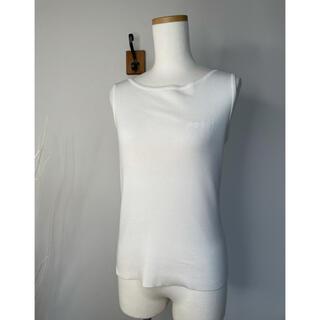 フォクシー(FOXEY)のフォクシー胸元ロゴいりノースリーブニット(ニット/セーター)