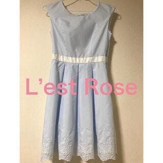 レストローズ(L'EST ROSE)のレストローズ 水色ストライプ 裾レース 背中編み上げ 夏爽やか ワンピース(ひざ丈ワンピース)