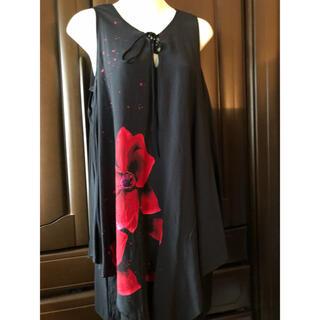 デシグアル(DESIGUAL)のデシグアルのノースリーブワンピース(未使用品)黒×赤花柄(ひざ丈ワンピース)