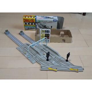 タカラトミー(Takara Tomy)のプラレール 車両基地 ふみきりセット 2点セット(電車のおもちゃ/車)