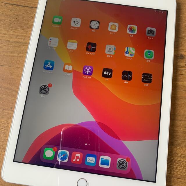 Apple(アップル)のNTTドコモApple iPad第5世代 32GB シルバーSIMフリー済み スマホ/家電/カメラのPC/タブレット(タブレット)の商品写真